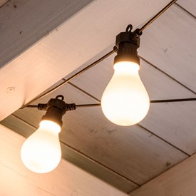 Catena prolungabile 10 lampadine led in plastica satinata Ø 67 mm, cavo nero