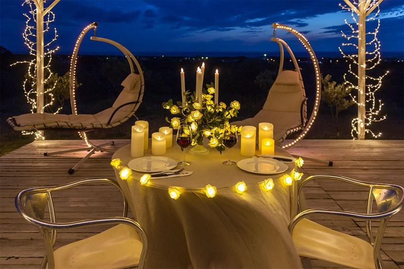 Cena rom ntica c mo decorar con ideas originales y luces decorativas luminal park - Cena romantica con velas ...