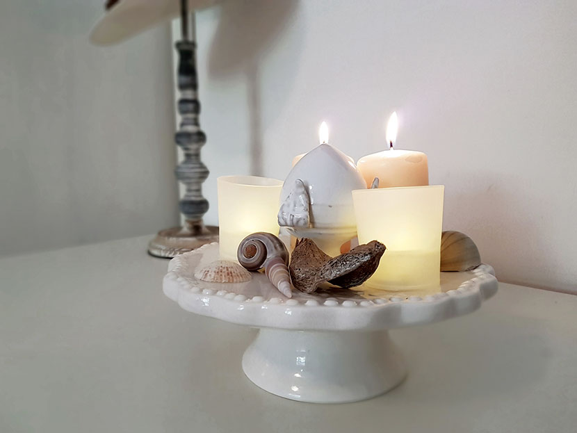 Alzatina in ceramica con candeline votive led e conchiglie