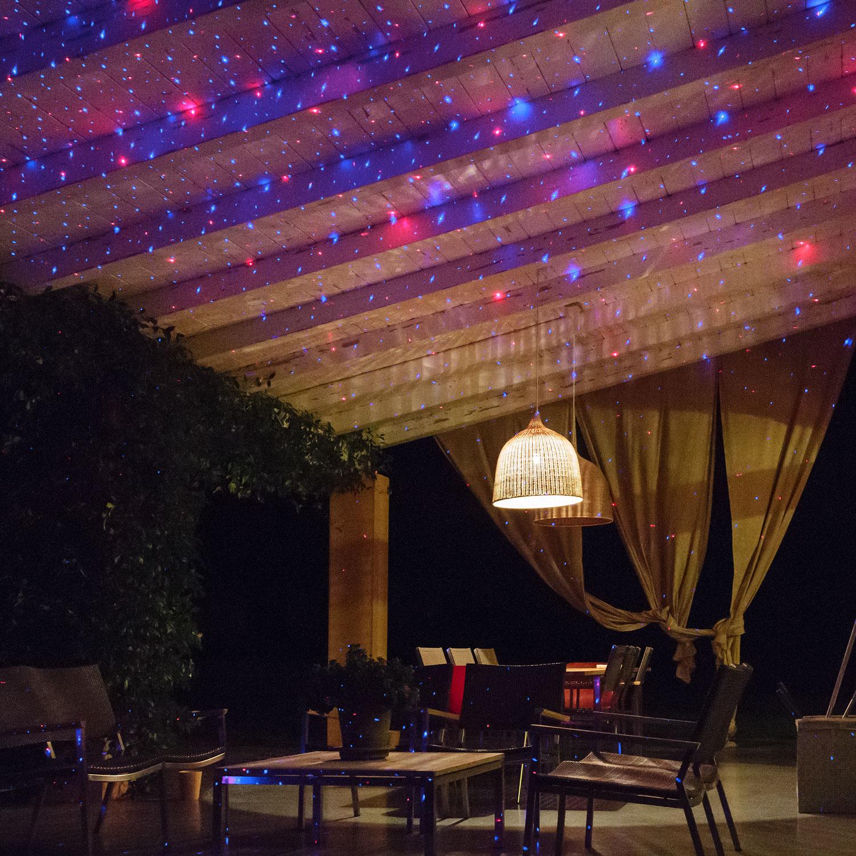 45a1862f0f7 ... P oacute rtico decorado con un proyector l aacute ...