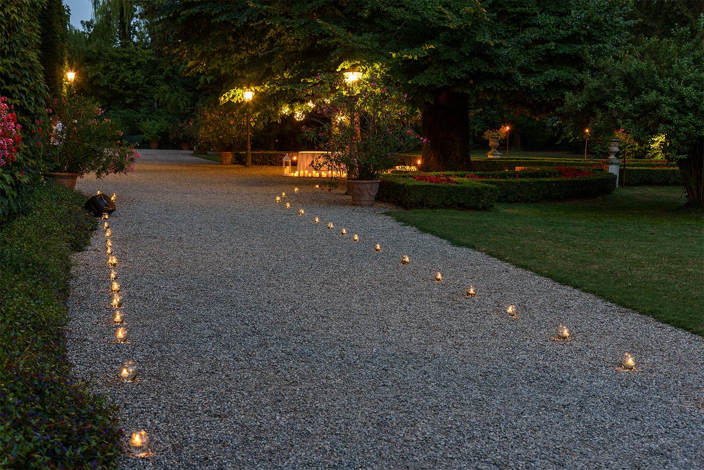 Idee giardino come decorare un vialetto con le luci - Vialetti da giardino ...