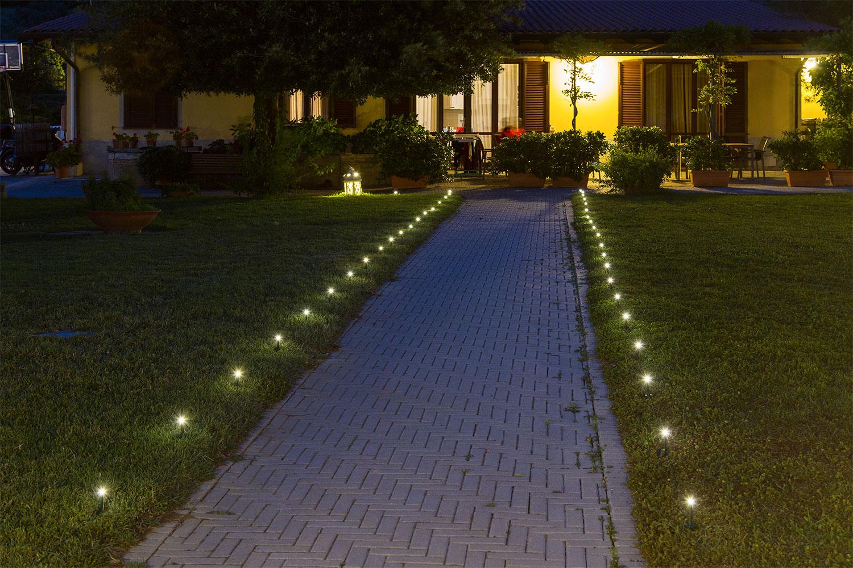 Ideas jard n c mo decorar un sendero con luces for Focos para exterior jardin