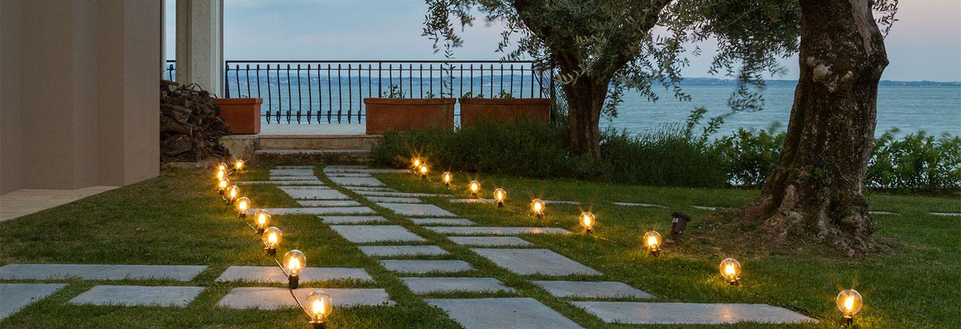 Idee giardino come decorare un vialetto con le luci for Organizzare giardino