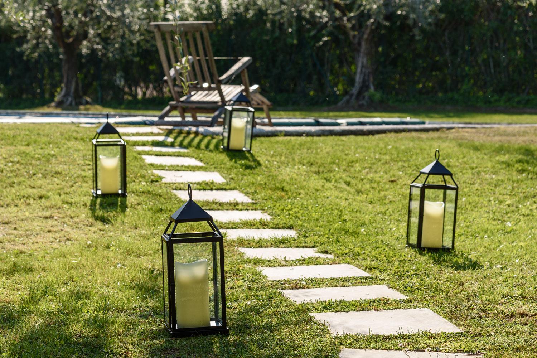 Idee giardino come decorare un vialetto con le luci luminal park