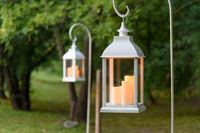 Idee giardino come decorare un vialetto con le luci for Cose per il giardino