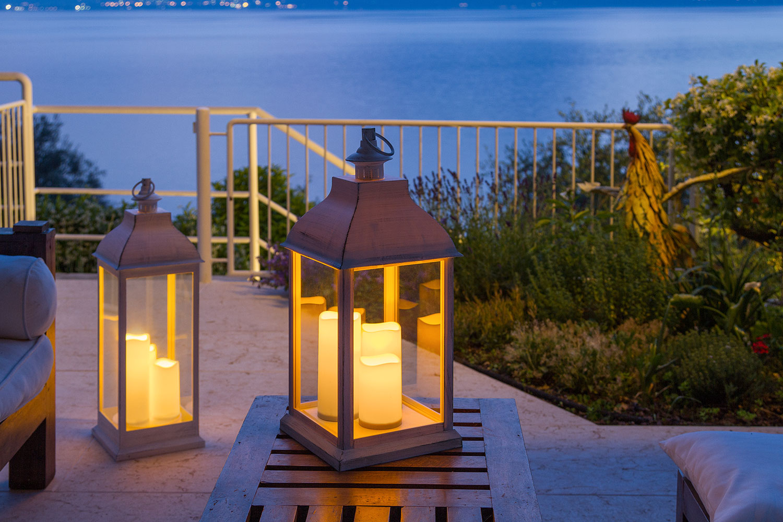 lanterne terrasse cool lampe lanterne lot de lanternes de terrasse en bois avec poign with. Black Bedroom Furniture Sets. Home Design Ideas