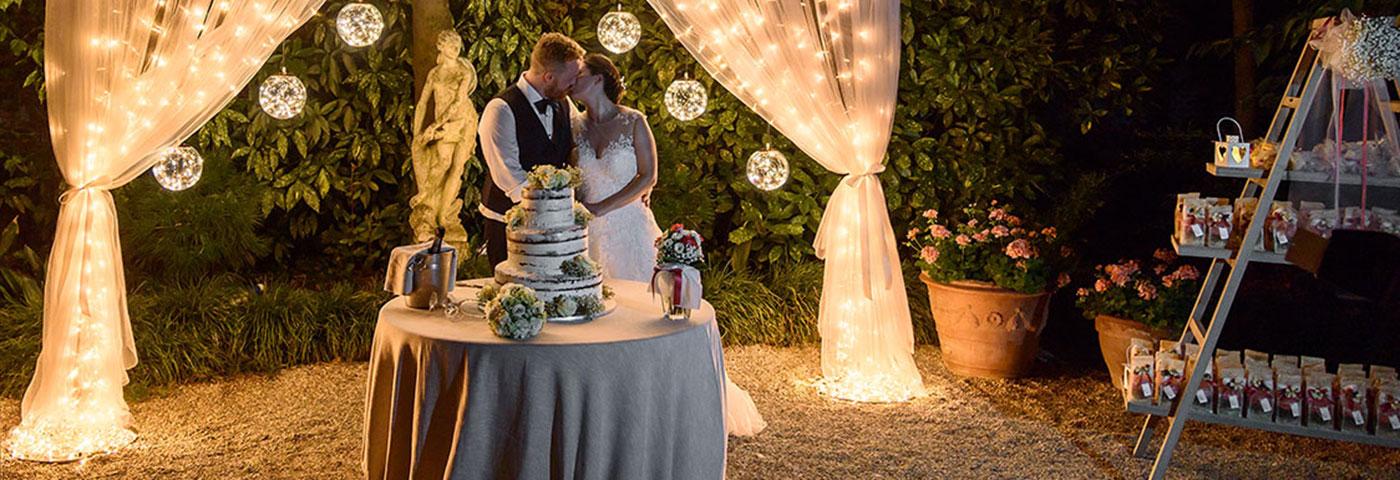 b394d969132 Cómo decorar con luces una boda en el jardín