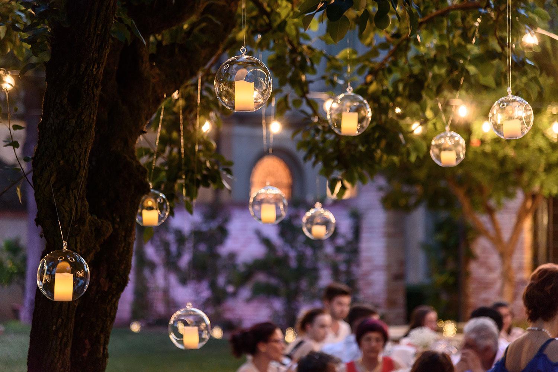 C mo decorar con luces una boda en el jard n luminal park for Como iluminar arboles en el jardin