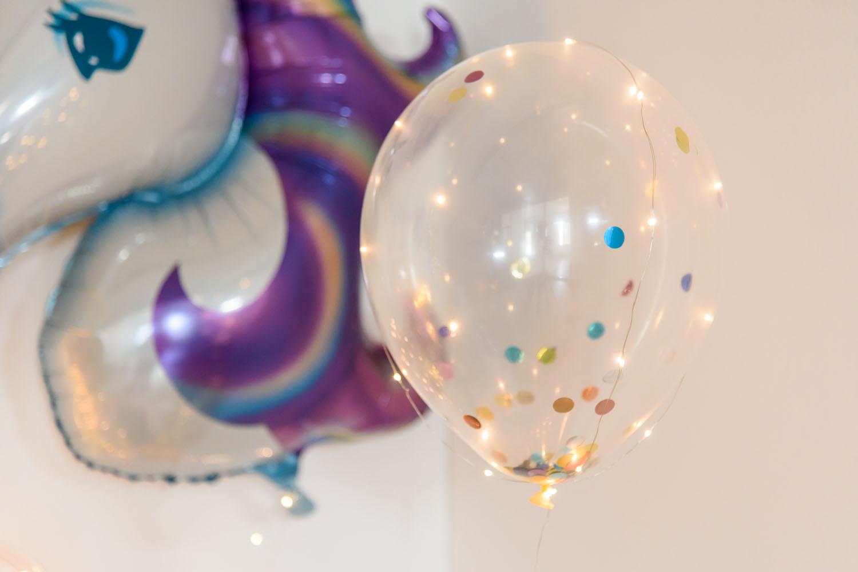 einhorn party mit leuchtenden luftballons